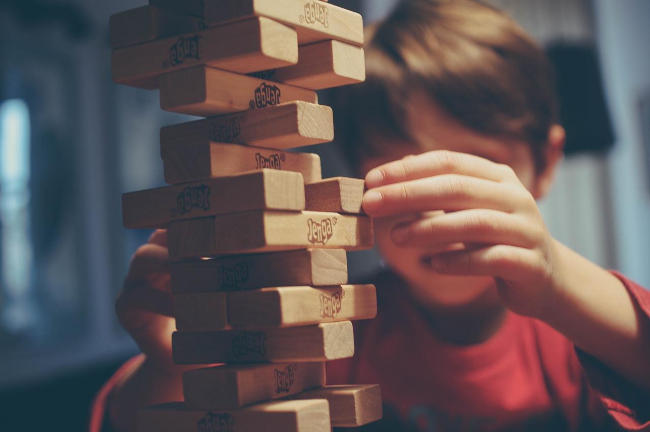 dziecko-jenga-rozwoj-logiczne-myslenie
